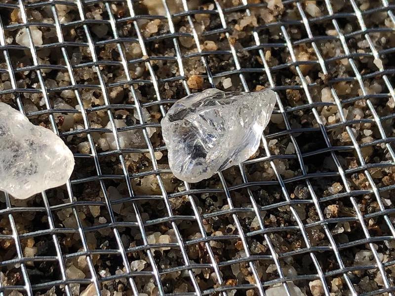 河原で水晶探し(水晶の見つけ方)