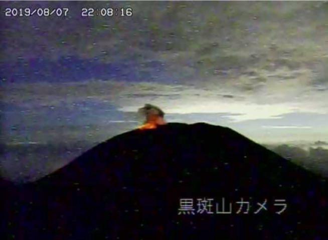 浅間山 噴火の状況(長野県側より) 大きな噴石が火口から200m程度まで達したのが確認された
