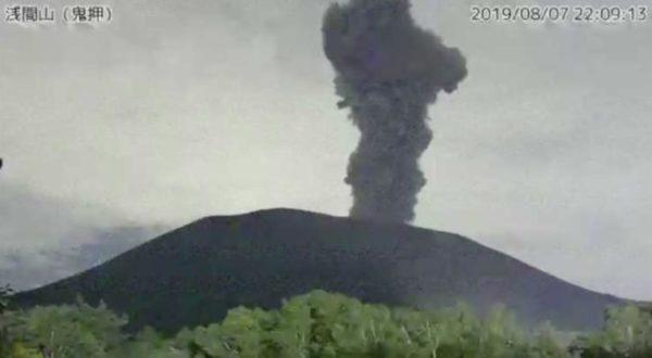浅間山噴煙の状況(頂火噴煙の高さは火口縁上1800m以上まであがった)